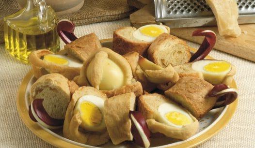 Il casatiello, la torta salata pasquale fatta con strutto e uova.
