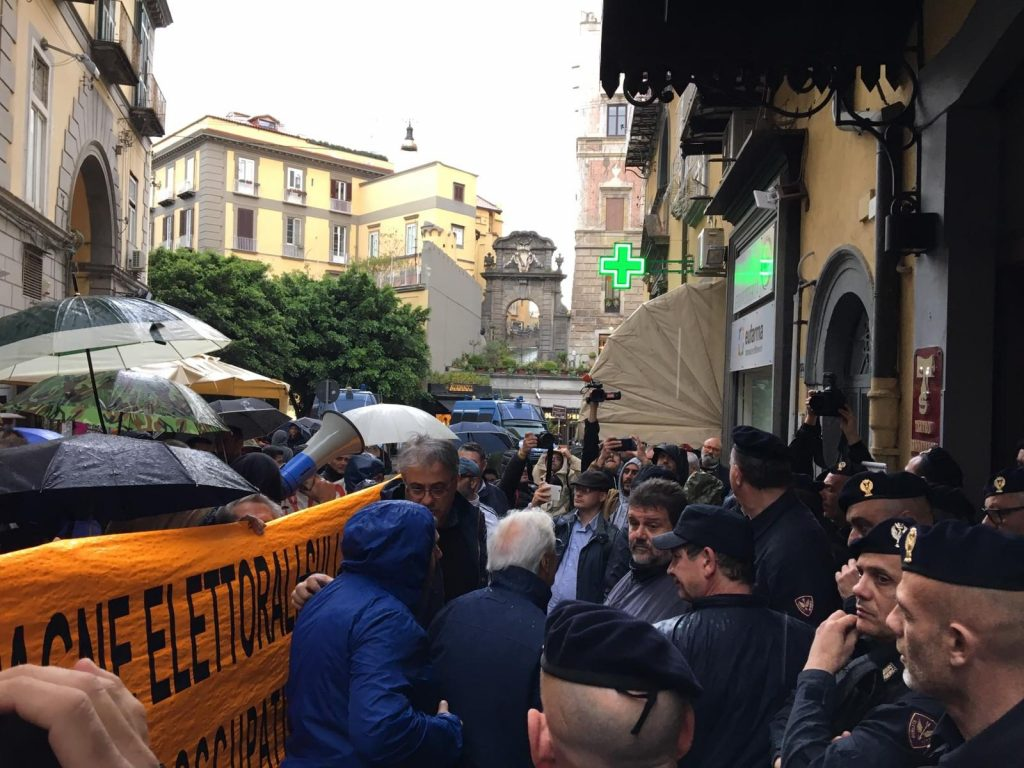 La manifestazione davanti al teatro Sannazaro.
