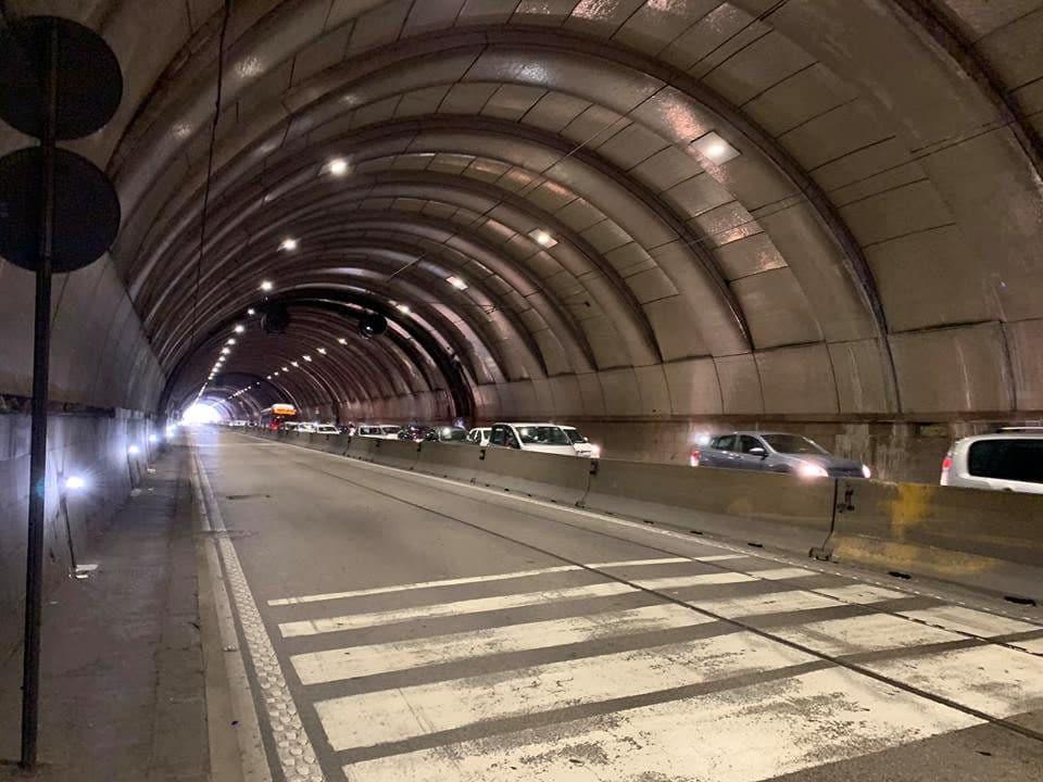 La Galleria della Vittoria chiusa verso via Acton: auto che transitano nella corsia opposta per chi si sposta verso Piazza Vittoria. [Foto / Fanpage.it]