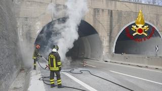 Auto in fiamme in galleria sull'Autostrada Napoli-Bari: tanta paura ma nessun ferito
