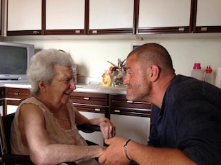 """Giulio Golia de Le Iene spiega la sua assenza e dice addio alla mamma: """"Momento difficile"""""""