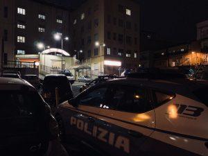La Polizia all'esterno del Loreto Mare dopo la tragedia. [Foto / Gaia Martignetti]