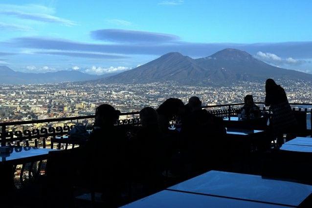 Gazebo Per Bar E Ristoranti.Tavolini Enormi Gazebo Orribili Napoli Cambia Tutto Con