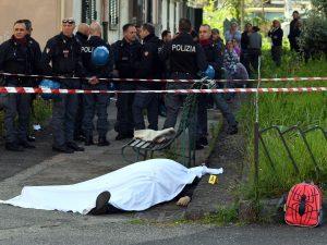 Il corpo della vittima dell'agguato davanti ad una scuola nel Rione Villa di San Giovanni a Teduccio.