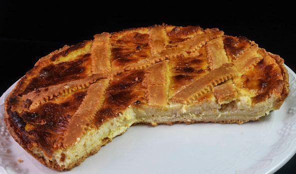 La pastiera, il tipico dolce napoletano di Pasqua fatto con ricotta, grano e fiori d'arancio.