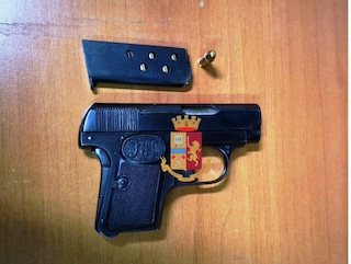 Napoli, 18enne arrestato mentre va in giro per i locali della movida con una pistola