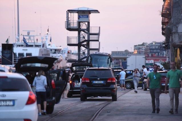 Uno scorcio del porto di Napoli / foto di archivio