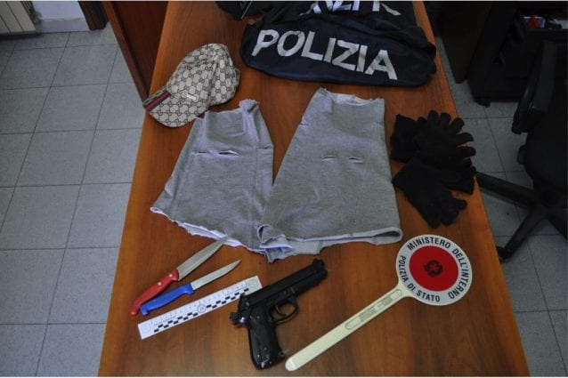 Gli oggetti ritrovati dalla polizia nell'auto