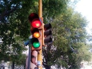 Il semaforo impazzito alla Galleria Laziale: rosso, giallo e verde accesi tutti insieme