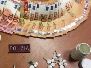 La droga ed il denaro recuperati dalle forze dell'ordine ad Afragola.