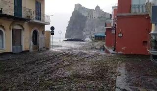 Maltempo ad Ischia, strade invase dalle alghe