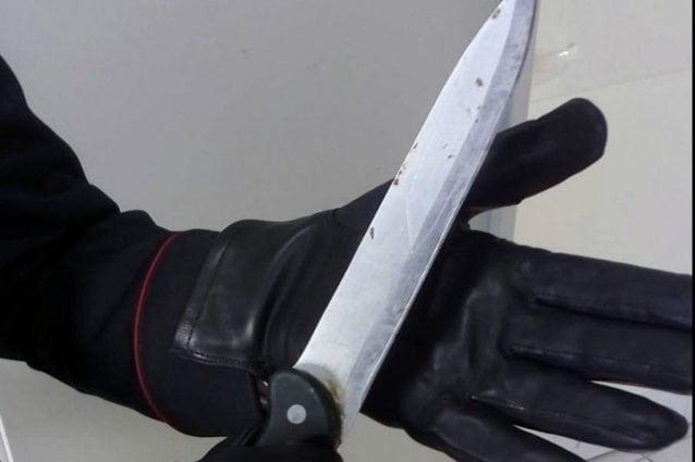 Coltellate alla pancia per un tablet, padre e figlio feriti al Vasto durante una rapina