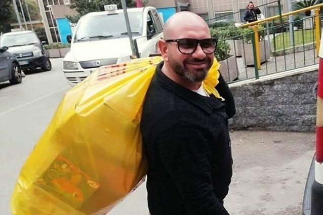 Francesco Mura durante un evento di solidarietà all'ospedale pediatrico Santobono