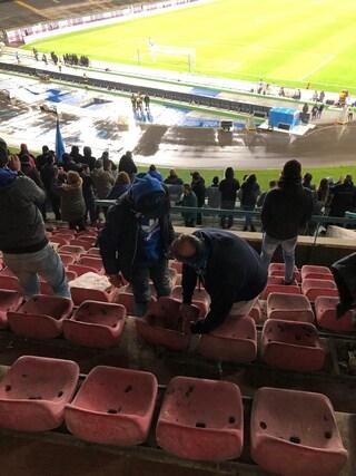 I tifosi smontano i vecchi sediolini del San Paolo e li rubano: diventano souvenir