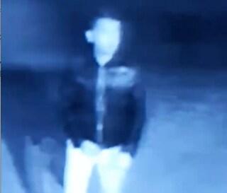Paura nella notte, ragazza da sola inseguita fin sotto casa da uno sconosciuto