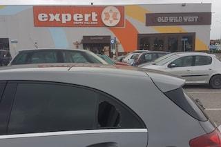 Raffica di furti nel parcheggio dell'Auchan di Giugliano, quattro automobili sfondate