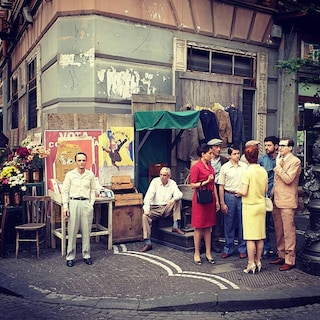 Corso Umberto, si gira l'Amica Geniale 2: vestiti da sposa e mercato anni Sessanta