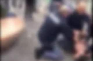 Si lancia sui poliziotti con una bottiglia rotta, tre agenti per fermarlo: il video
