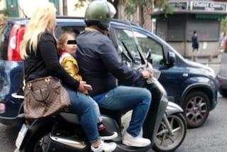 Napoli, coi bambini in tre sullo scooter, la proposta: multe, sequestro e ritiro patente