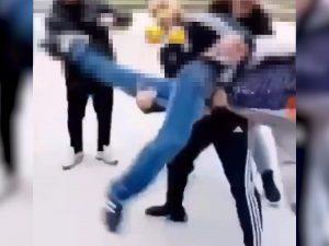 Vergogna a Scampia, ragazzino gettato nel bidone dell'immondizia dal branco