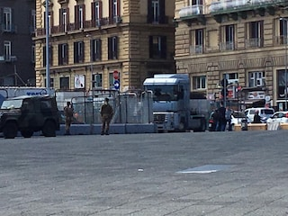 Napoli, camion rimane incastrato tra i cantieri di Piazza Municipio
