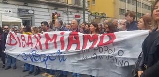 """Disarmiamo Napoli, in tantissimi sul luogo della sparatoria: """"Forza Noemi!"""""""