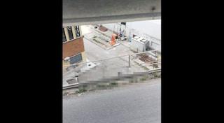 Ragazza si getta nel vuoto dal ponte di via Marina in pieno giorno