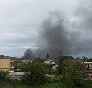 Vasto incendio a Pozzuoli, a fuoco un rimessaggio di barche: grossa nuvola di fumo nero
