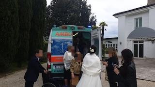 In ambulanza al matrimonio del figlio, malato di Sla realizza il suo sogno