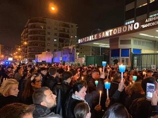 Un fiume di persone prega per Noemi, ferita in un agguato: rosario fuori all'ospedale