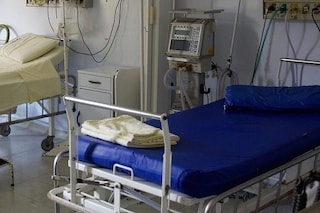 Caserta, orrore in clinica: paziente tenta di soffocare compagno di stanza, è gravissimo