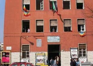 Napoli, odore chimico invade le aule della scuola: evacuato il liceo Pansini
