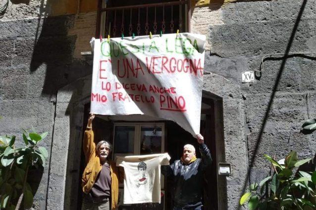 A destra il fratello di Pino Daniele, Salvatore (foto A. Musella/Fanpage.it)