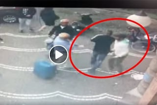 """Turista scippato al corso Umberto, in un video la """"magia"""" per far scomparire la refurtiva"""