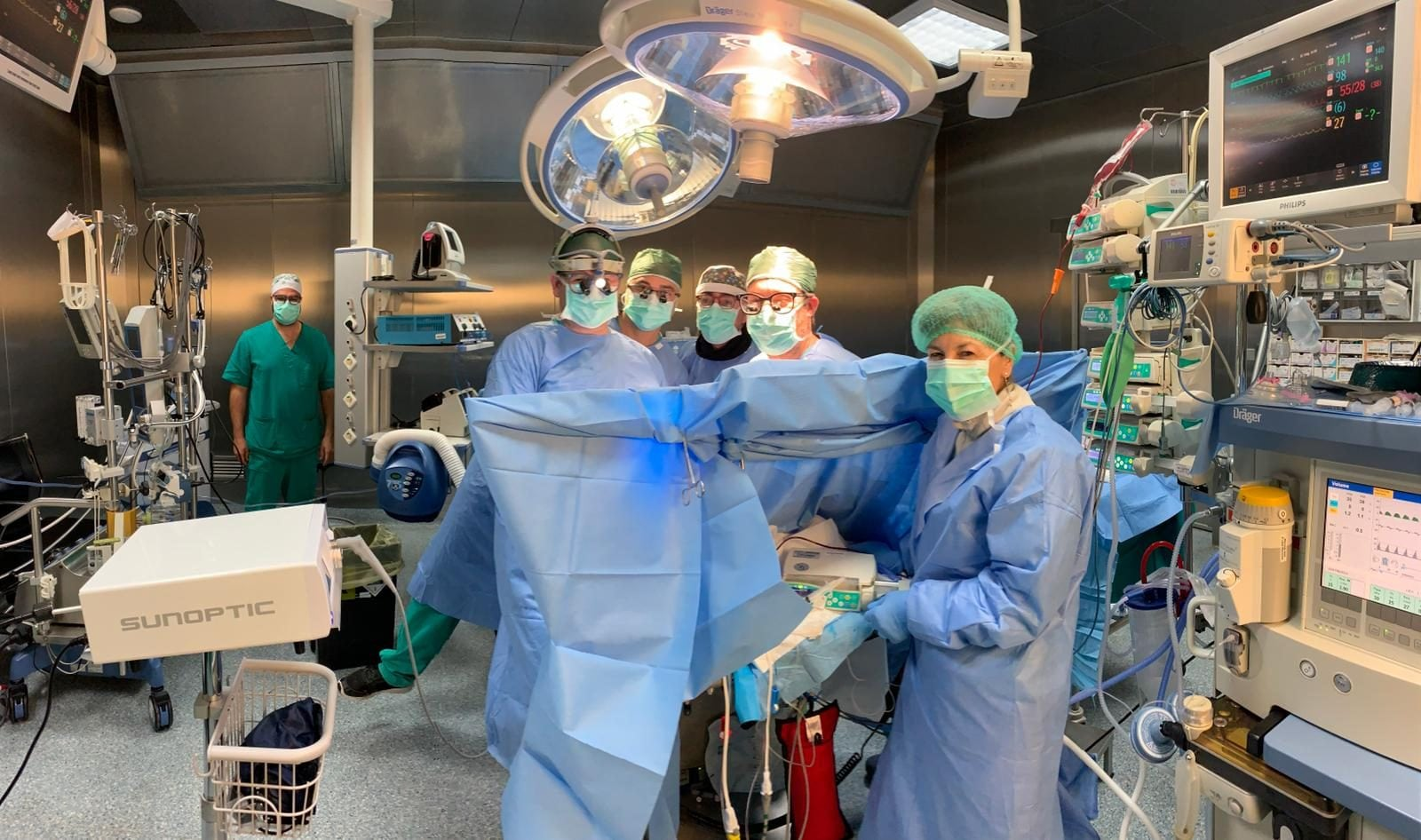 Il team del Dottor Oppido in sala operatoria al Monaldi