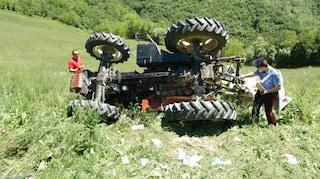 Tragedia nei campi nel Casertano, travolto e ucciso dal trattore che stava guidando
