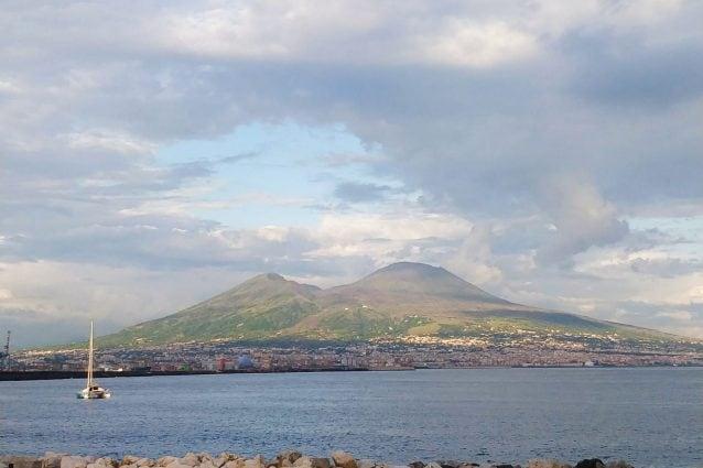 Il verde che torna a colorare il Vesuvio, immortalato nel pomeriggio del 30 maggio 2019. [Foto / Fanpage.it]
