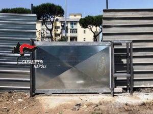 Il cancello scorrevole abusivo alimentato con energia rubata e sequestrato dai carabinieri nel Parco Verde di Caivano.