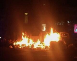 Attacco ai cassonetti della differenziata: a fuoco in numerose zone del centro storico