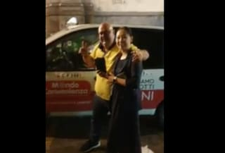 Napoli, trova un portafogli con 2mila euro nel suo taxi e lo restituisce alla turista