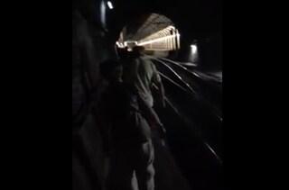 Il treno della Circum si guasta sotto la galleria: passeggeri camminano sui binari al buio