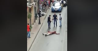 Paura in strada ad Afragola, coperto di sangue tenta di aggredire i poliziotti