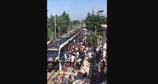 Treno della Circum preso d'assalto: centinaia di persone cercano di salire sui vagoni