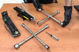 Furti di pneumatici, arrestati 4 giovani sorpresi a smontare le ruote da due Mercedes