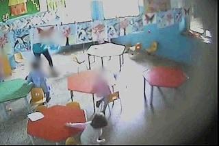 Abusi sessuali e botte ai bimbi dell'asilo, in carcere uno degli insegnanti