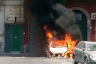 Sconta la pena in comunità, ma appena esce dà fuoco alle auto degli operatori: arrestato