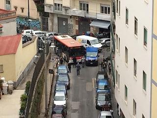 Bus bloccato da un furgone parcheggiato in strada: traffico in tilt al centro di Napoli