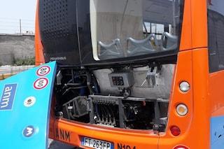 Bus Anm nuovo perde il portellone sul cavalcavia di via Argine