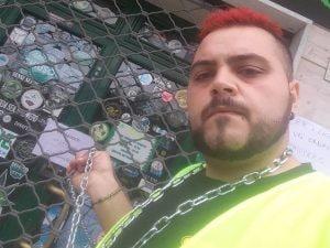 Virgilio Gesmundo, titolare del negozio di cannabis light sequestrato dalle forze dell'ordine, incatenatosi all'ingresso.