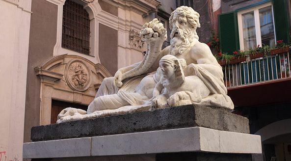 La statua del dio Nilo si trova in piazza Corpo di Napoli, nei pressi di Via San Biagio dei Librai.